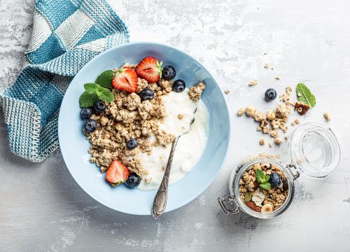 Schale mit Joghurt und Müsli